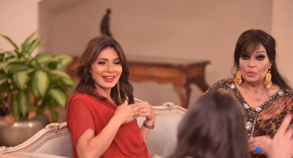 الفنانة المصرية فيفي عبده مع الفنانة نجلاء بدر في برنامج خلي بالك من فيفي