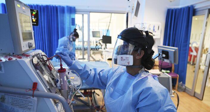 طاقم طبي يرعى مريض مصاب بمرض (كوفيد-19) الناتج عن الإصابة بفيروس كورونا المستجد في بريطانيا