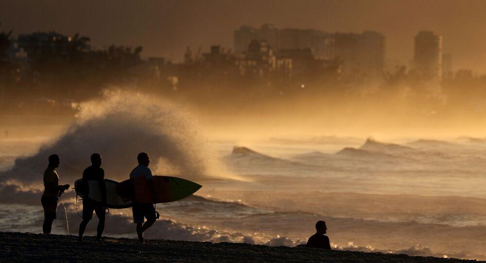 راكبو الأمواج يتحدون الحجر الصحي ويتوجهون إلى شاطئ ريسيريو دوس بانديرانتيس في وقت طلوع الشمس في ريو دي جانيرو، البرازيل 25 أبريل 2020