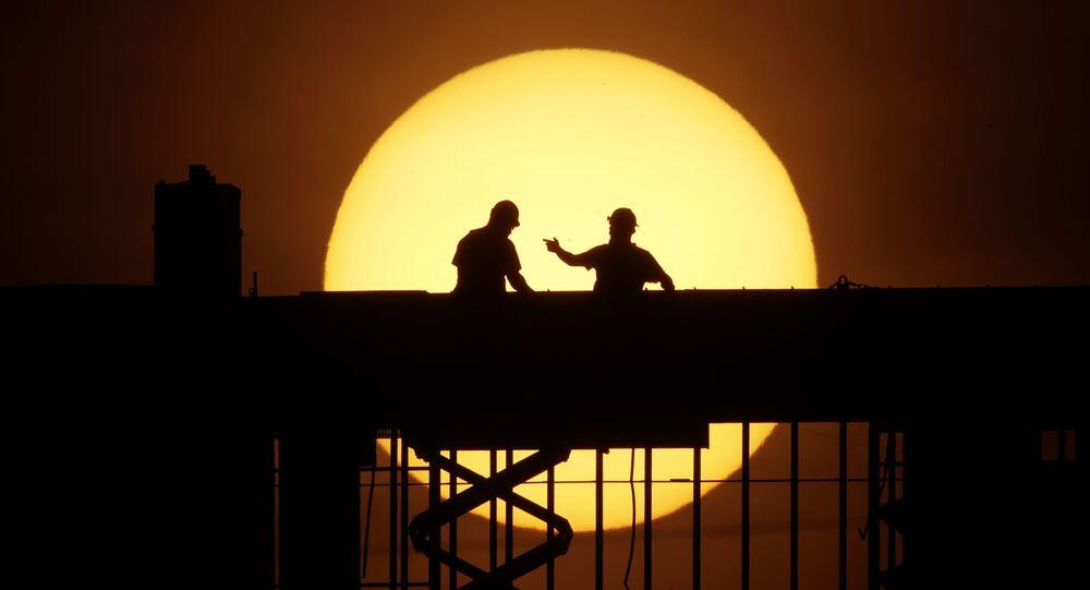 رجلان على خلفية طلوع الشمس في كانساس-سيتي، ولاية ميزوري، الولايات المتحدة 8 أبريل 2020
