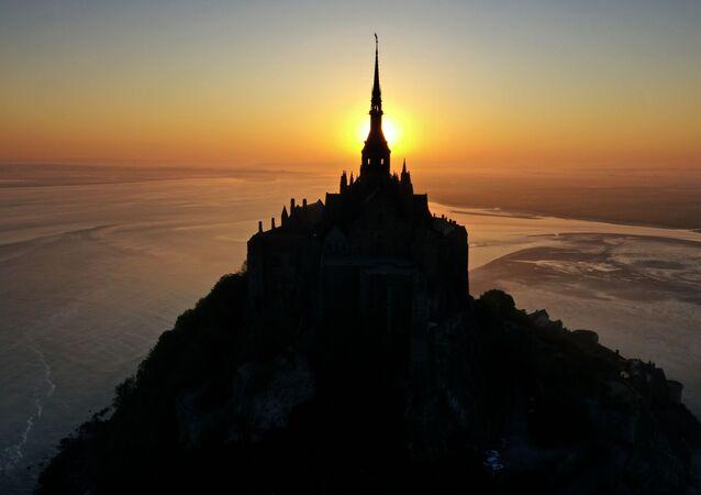وقت طلوع الشمس في منطقة جبل القديس ميشيل، فرنسا 23 أبريل 2020