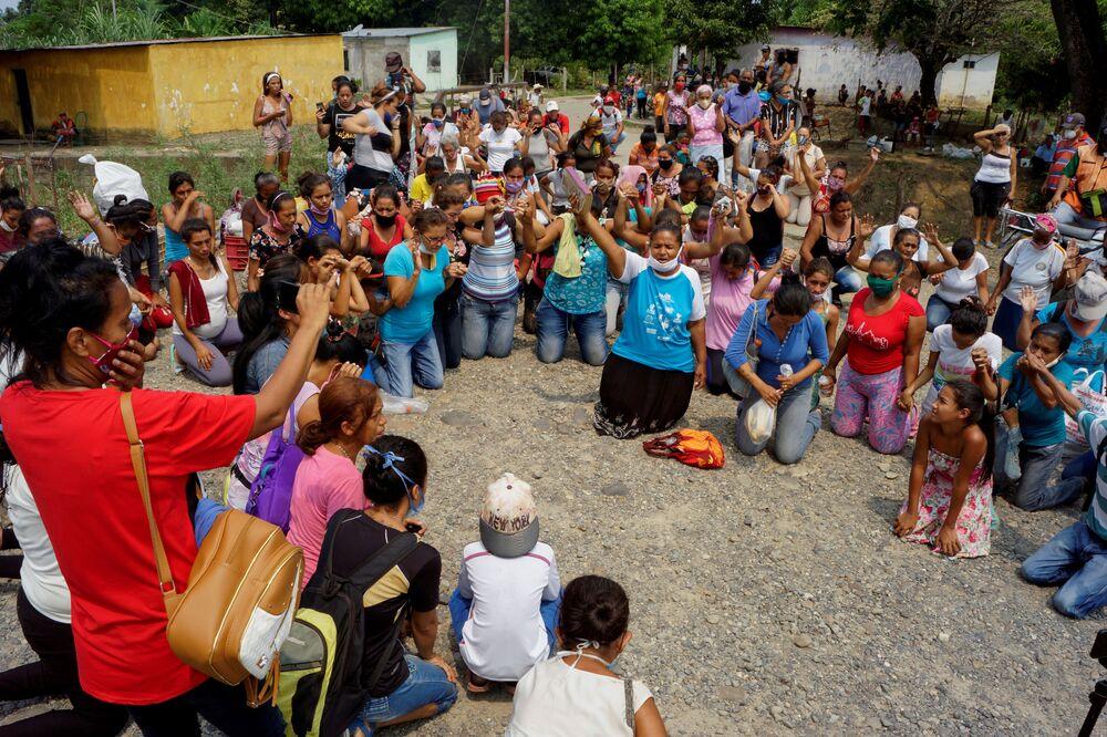 أقارب السجناء يصلَون خارج سجن لوس يانوس بعد اندلاع أعمال شغب داخل السجن تاركة عشرات القتلى مع استمرار مرض الفيروس التاجي (كوفيد-19) في غواناري، فنزويلا، 2 مايو  2020.