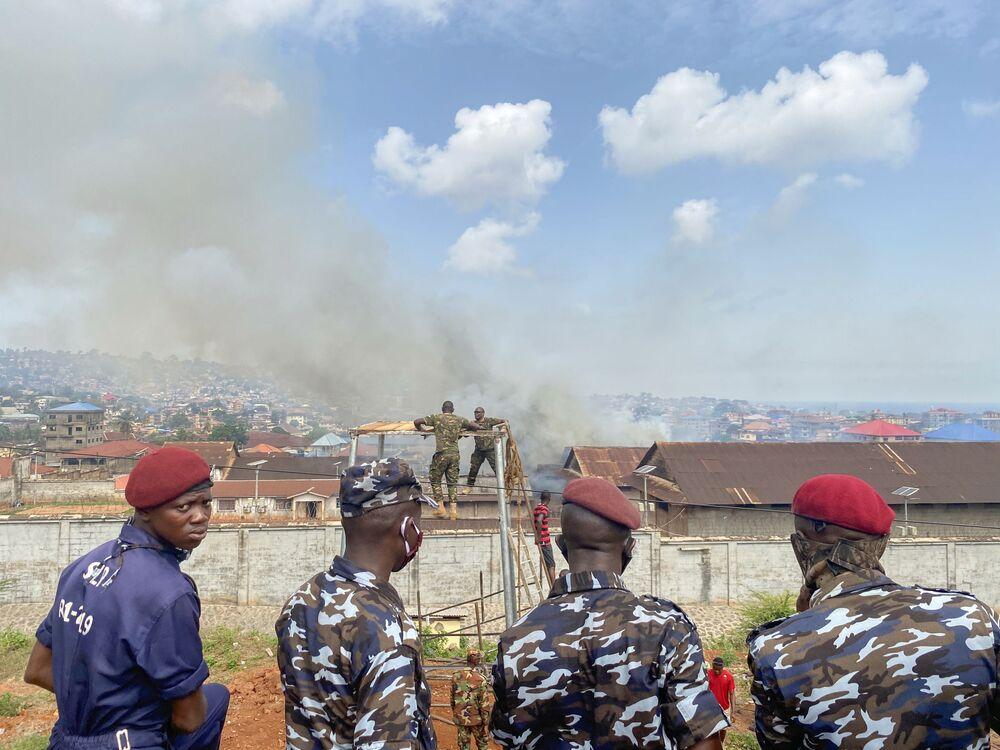 ضباط الشرطة يقفون أمام المركز الإصلاحي للذكور بعد اندلاع أعمال شغب في السجن، وسط انتشار مرض الفيروس التاجي (كوفيد-19) في فريتاون، سيراليون، 29 أبريل 2020.