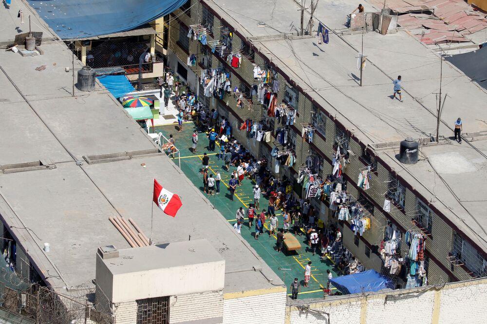 السجناء في سجن - يتجمعون أثناء مطالبتهم باختبار فيروسات التاجية خلال احتجاج، بعد أعمال شغب في سجن ميغيل كاسترو حيث كان السجناء يطالبون بتدابير صحية أفضل ورعاية طبية لعلاج مرض الفيروس التاجي (كوفيد-19)، في ليما، بيرو  28 أبريل 2020.