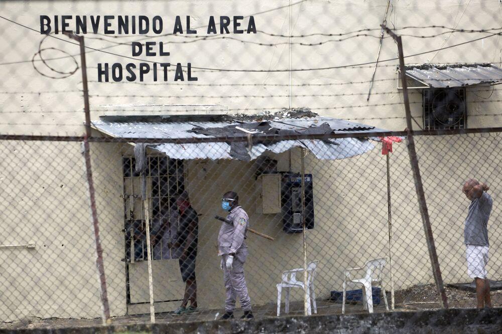 منظر لمستشفى سجن لا فيكتوريا، حيث توفي سجينان من مرضكوفيد- 19 وتأكد إصابة 25 على الأقل في سانتو دومينغو، 8 أبريل 2020.
