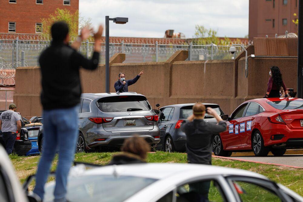 نظم متظاهرون احتجاج السيارات خارج مرفق للعلاج الإصلاحي، ضد الظروف الصحية داخل السجون، حيث تستمر حالة الطوارئ التي أعلنها العمدة موريل باوزر بسبب مرض فيروس التاجي (كوفيد-19) في واشنطن، الولايات المتحدة، 25 أبريل 2020.