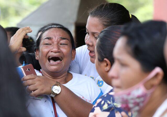 أقارب نزلاء سجن بوراكيوارا يتفاعلون أثناء أعمال شغب بعد تفشي مرض فيروس كورونا (كوفيد-19) في مانواس، البرازيل، 2 مايو  2020.