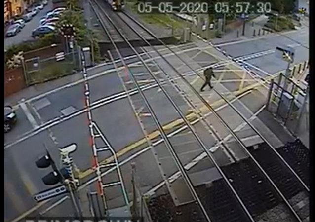 رجل يمشي على السكك الحديدية في لندن