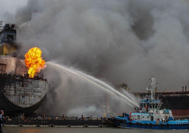 رجال إطفاء يحاولون إطفاء حريق على سفينة ناقلة راسية في بالاوان، إندونيسيا 11 مايو/ أيار 2020.