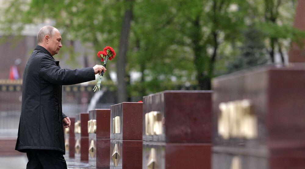 الرئيس فلاديمير بوتين يضع أكاليل الزهور في حديقة ألكسندر حيث النصب التذكارية للمدن البطلة، بمناسبة إحياء الذكرى الـ75 لعيد النصر على ألمانيا النازية في الحرب الوطنية العظمى (1941-1945)، 9مايو 2020