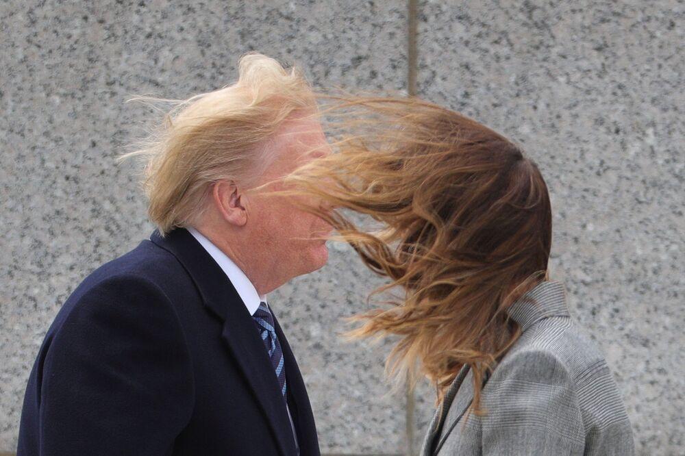 الرئيس دونالد ترامب وزوجته ميلانيا ترامب خلال مراسم الاحتفال بالذكرى الـ 75 لعيد النصر على النازية وتحرير أوروبا، أمام النصب التذكاري للحرب العالمية الثانية في واشنطن، 8 مايو/ أيار 2020