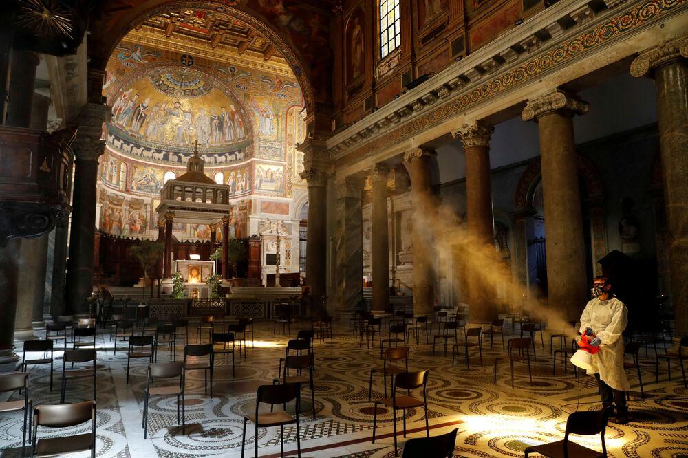 تعقيم كتدرائية سانتا ماريا في تراتستيفري، روما، إيطاليا 11 مايو/ أيار 2020