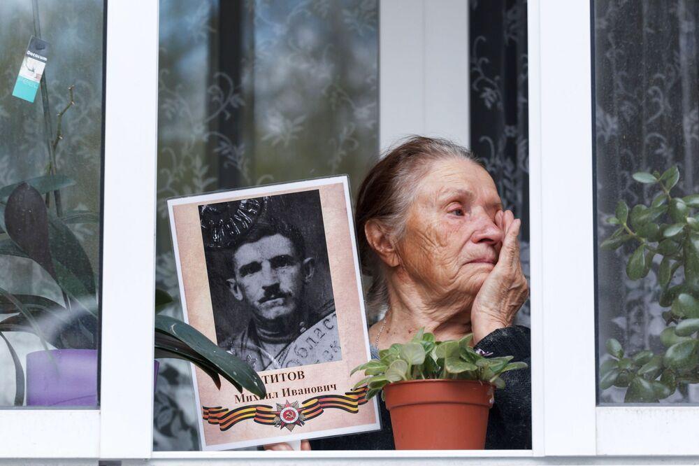 مواطنة من إركوتسك الروسية تشارك في فعالية الفوج الخالد من المنزل وسط العزل الذاتي، بمناسبة إحياء الذكرى الـ75 للانتصار على ألمانيا النازية في الحرب الوطنية العظمى  (1941-1945)