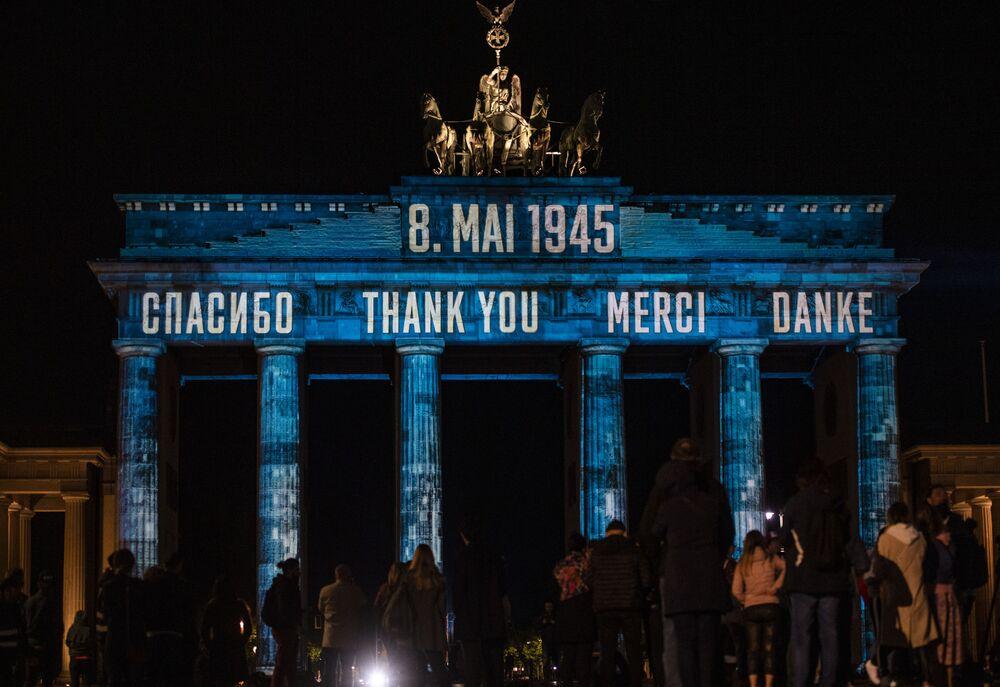 إضاءة قوس النصر في برلين بكلمة شكراً باللغات الأربعة: الروسية والإنجليزية والفارسية والألمانية، بمناسبة إحياء الذكرى الـ75 للانتصار على ألمانيا النازية في الحرب العالمية  (1939-1945)