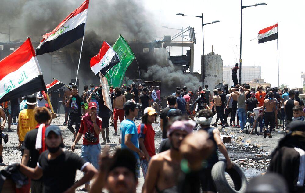 متظاهرون يشاركون في الاحتجاجات المستمرة المناهضة للحكومة، بعد أن دعا رئيس الوزراء العراقي المعين حديثًا مصطفى الكاظمي إلى إطلاق سراح جميع المتظاهرين الذين تعرضوا للضرب في جسر الجمهورية ببغداد، العراق 10 مايو/ أيار  2020.