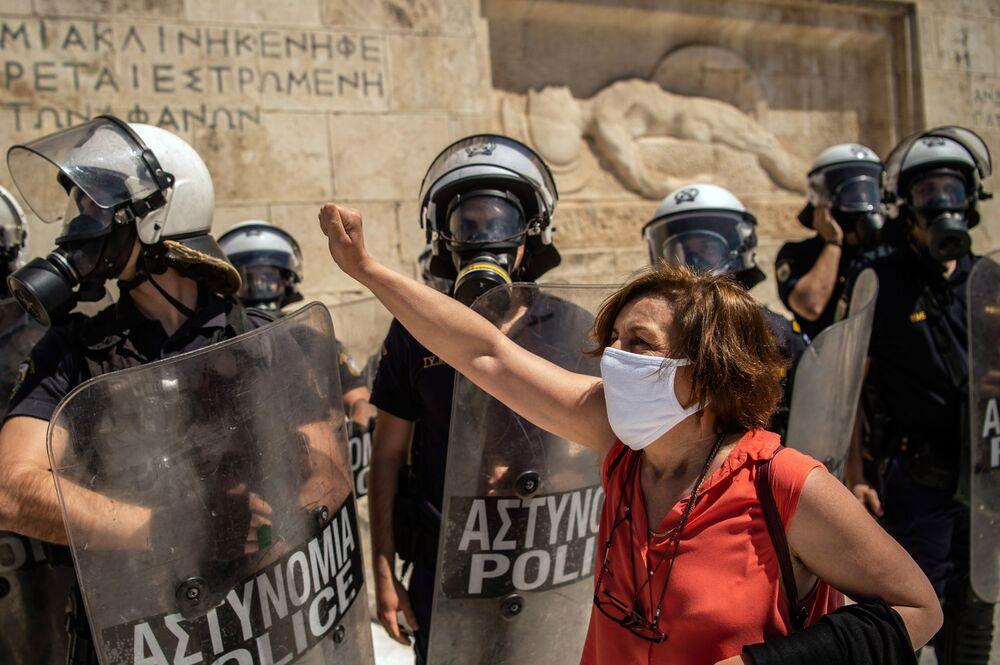 احتجاج المعلمين والطلاب اليونانيين ضد تشريع حول إصلاحات التعليم أمام البرلمان اليوناني في أثينا، 13 مايو 2020، حيث بدأت اليونان بتخفيف إغلاقها المفروض على البلاد بسبب انتشار مرض كوفيد -19 وفتح المدارس ومعظم الشركات.