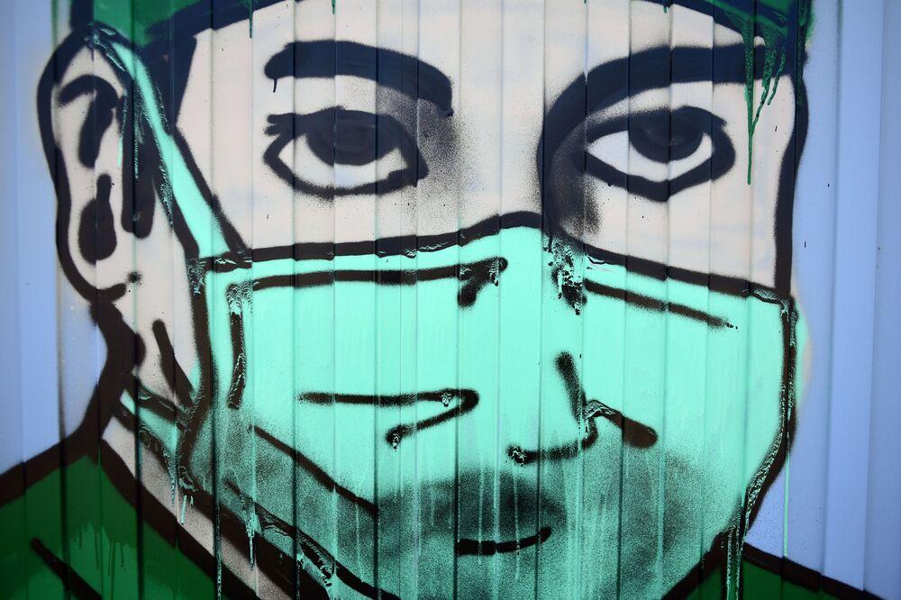 رسم غرافيتي لدعم الأطباء في مكافحة المرض الفيروس كوفيد -19، الذي يسببه فيروس كورونا، من مشجعي نادي سبارتاك في كوموناركا بضواحي موسكو