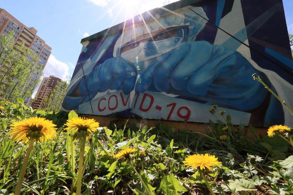رسم غرافيتي لدعم الأطباء في مكافحة المرض الفيروس كوفيد -19، الذي يسببه فيروس كورونا، للفنانين ميخائيل وسيرغي يروفيف على أحد منازل مدينة كراسنوغورسك بضواحي موسكو