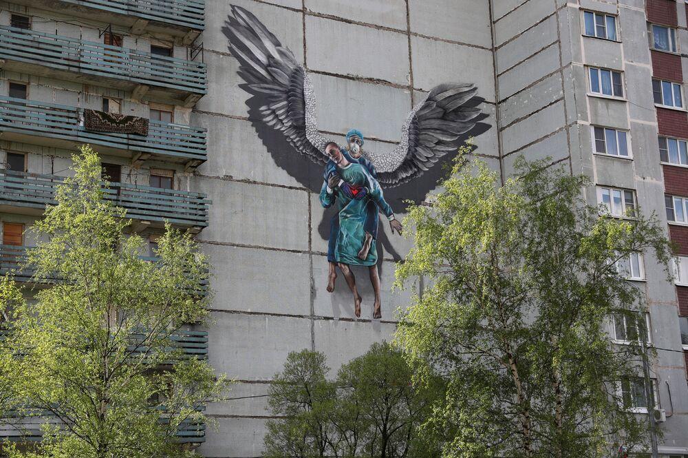رسم غرافيتي لدعم الأطباء في مكافحة المرض الفيروس كوفيد -19، الذي يسببه فيروس كورونا، في أودينتسوفو بضواحي موسكو