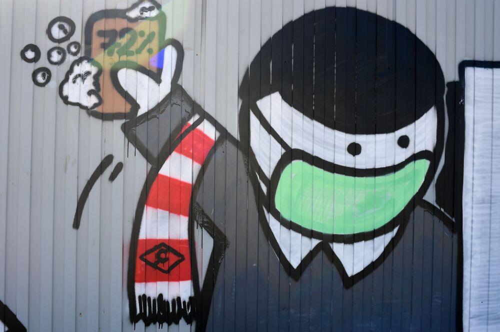 رسم غرافيتي لدعم الأطباء في مكافحة المرض الفيروس كوفيد -19، الذي يسببه فيروس كورونا، ورفع معنويات مرضى كورونا، من قبل مشجعي نادي سبارتاك في كوموناركا بضواحي موسكو