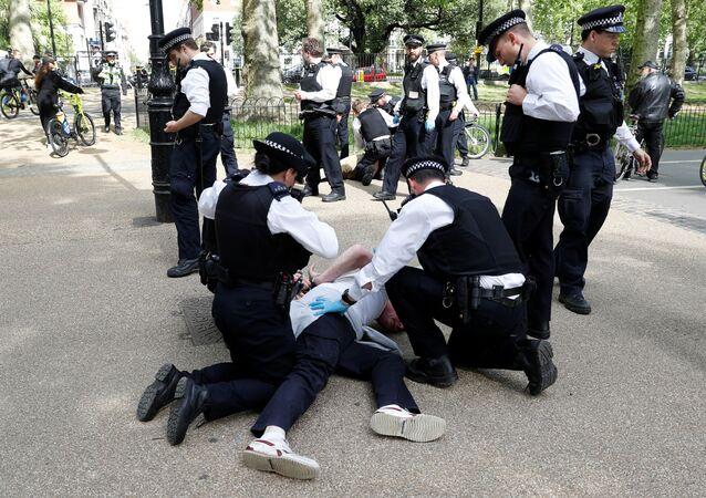 احتجاجات في لندن على إرشادات التباعد الاجتماعي والشرطة تعتقل العشرات