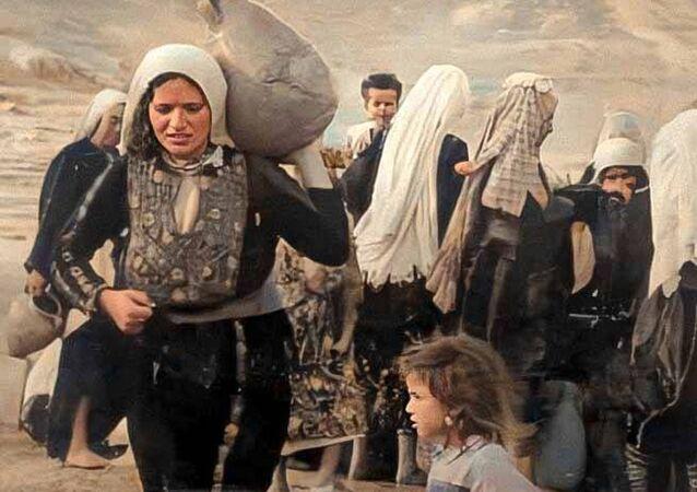 سلسلة من الصور الملونة التي التقطت أثناء أحداث النكبة عام 1948، حيث تظهر المعاناة المؤلمة التي عاشها الأطفال وآباؤهم في تلك المرحلة القاسية من تاريخ فلسطين