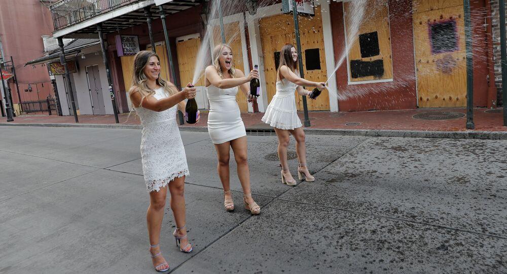 طالبات جامعة تولان، في حفل تخرج رمزي أقامهن بأنفسهن، مع إعلان نهاية العام الدراسي للمدارس والجامعات، على خلفية تفشي مرض فيروس كورونا (كوفيد-19) في نيو أورلينز، الولايات المتحدة، 12 مايو 2020.