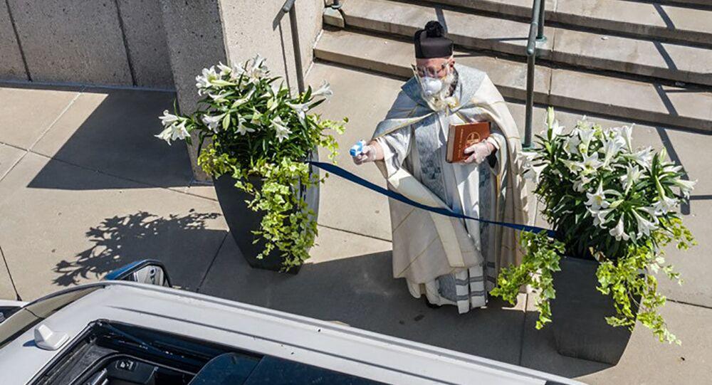 قس في كنيسة سانت أمبروز الأمريكية