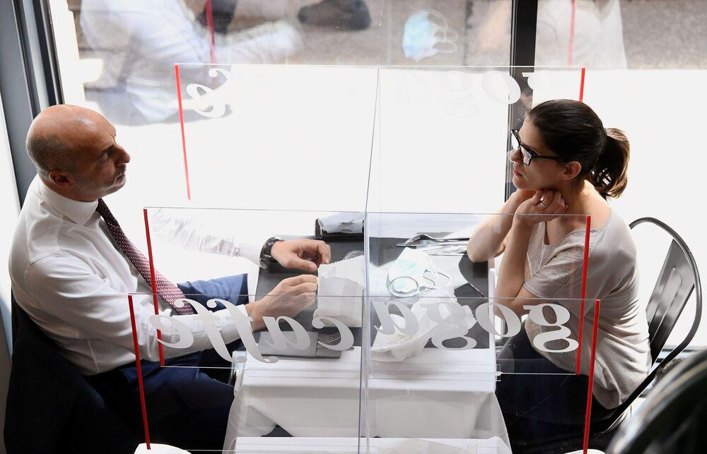 افتتاح المطاعم مع الحفاظ على قاعدة التباعد الاجتماعي منعا للإصابة بفيروس كورونا - ميلانو، إيطاليا مايو 2020
