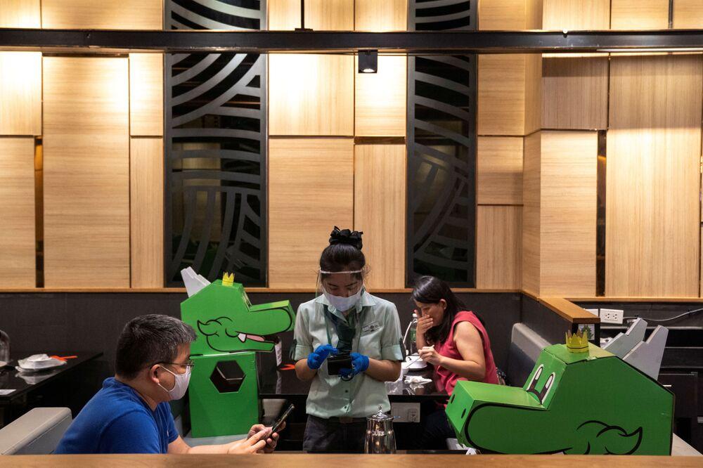 افتتاح المطاعم مع الحفاظ على قاعدة التباعد الاجتماعي منعا للإصابة بفيروس كورونا - بانكوك، تايلاند 13 مايو 2020