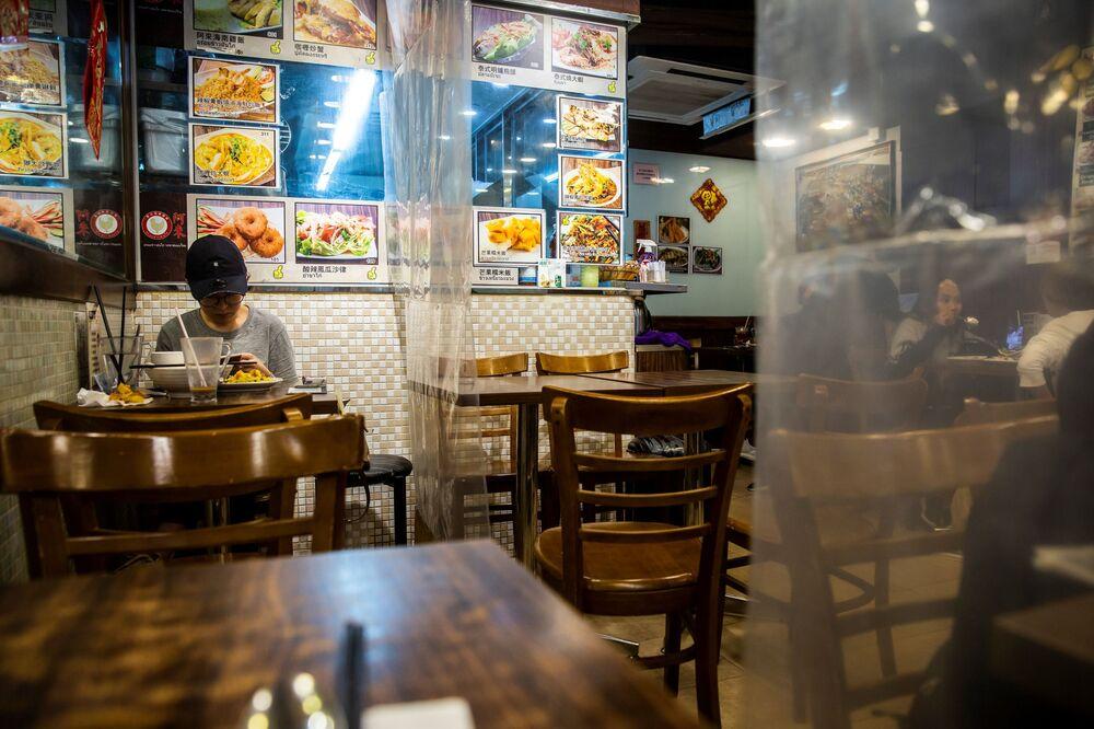 افتتاح المطاعم مع الحفاظ على قاعدة التباعد الاجتماعي منعا للإصابة بفيروس كورونا - هونغ كونغ، الصين 29 مارس 2020