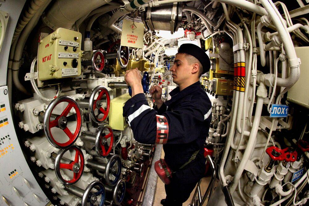 بحار داخل غواصة الديزل أوست-كامتشاتسك، التابعة لأسطول المحيط الهتدئي الروسي، أثناء تدريبات البحرية الروسية