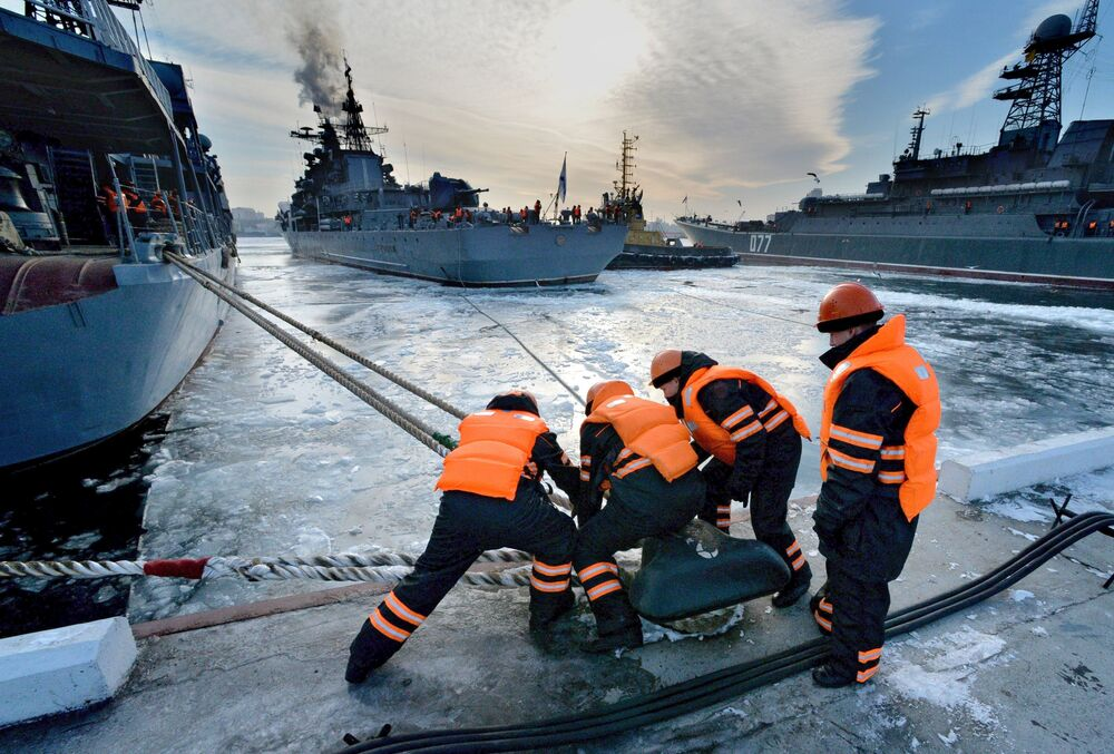 رسو مدمرات  أسطول المحيط الهادئ في ميناء فلاديفوستوك، بعد إكمال مهام الخدمة القتالية في المحيط الهادئ والمحيط الهندي