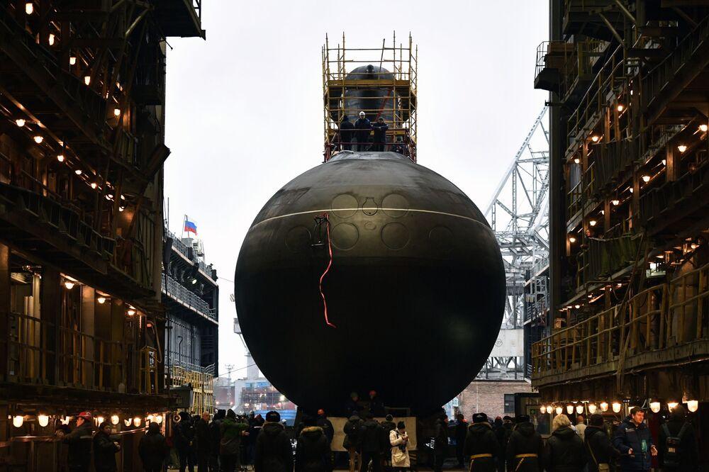 مراسم إنزال الغواصة التي تعمل بالديزل والكهرباء من مشروع 636.3 (فارشافيانكا) فولخوف في مدينة سان بطرسبورغ