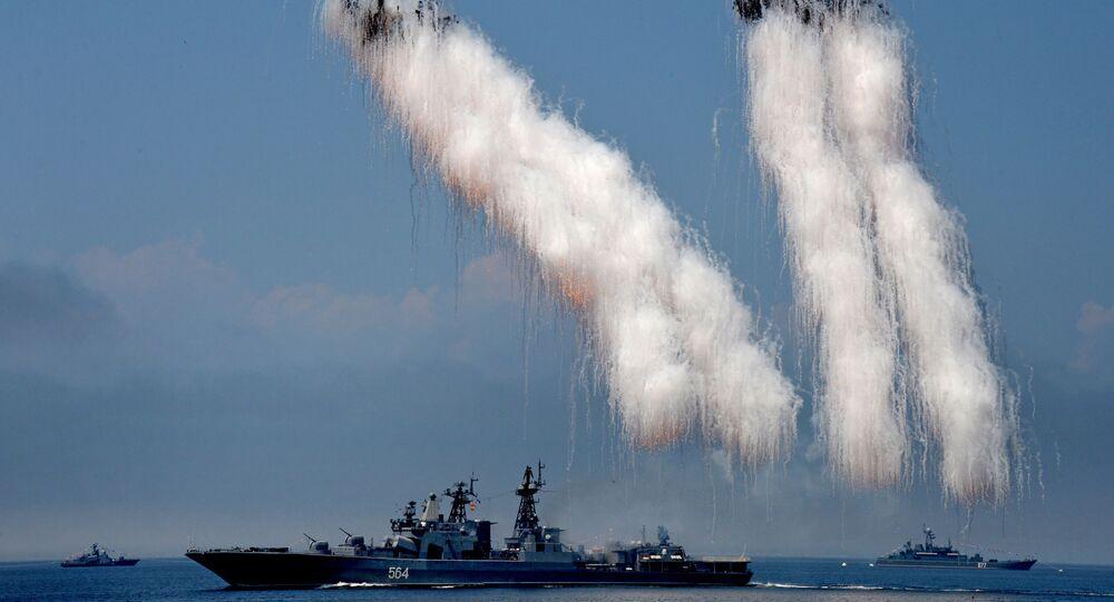 سفينة كبيرة الأميرال تريبوتس الكبيرة المضادة للغواصات خلال البروفة النهائية للعرض العسكري المخصص ليوم البحرية في فلاديفوستوك الروسية