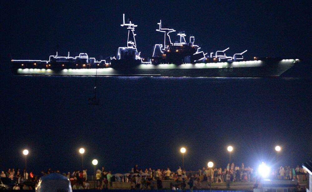 سفينة كبيرة مضادة للغواصات الأميرال بانتيلييف في استعراض عسكري بحري خلال الألعاب النارية بمناسبة يوم البحرية