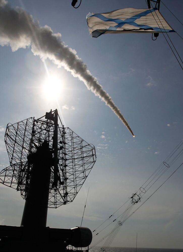 إطلاق طراد الصواريخ فارياغ صاروخ إس-300 تابعة لمنظومة الدفتع الجوي فورت أثناء مناورات واسعة النطاق في المحيط الهادئ قبالة ساحل كامتشاتكا الروسي