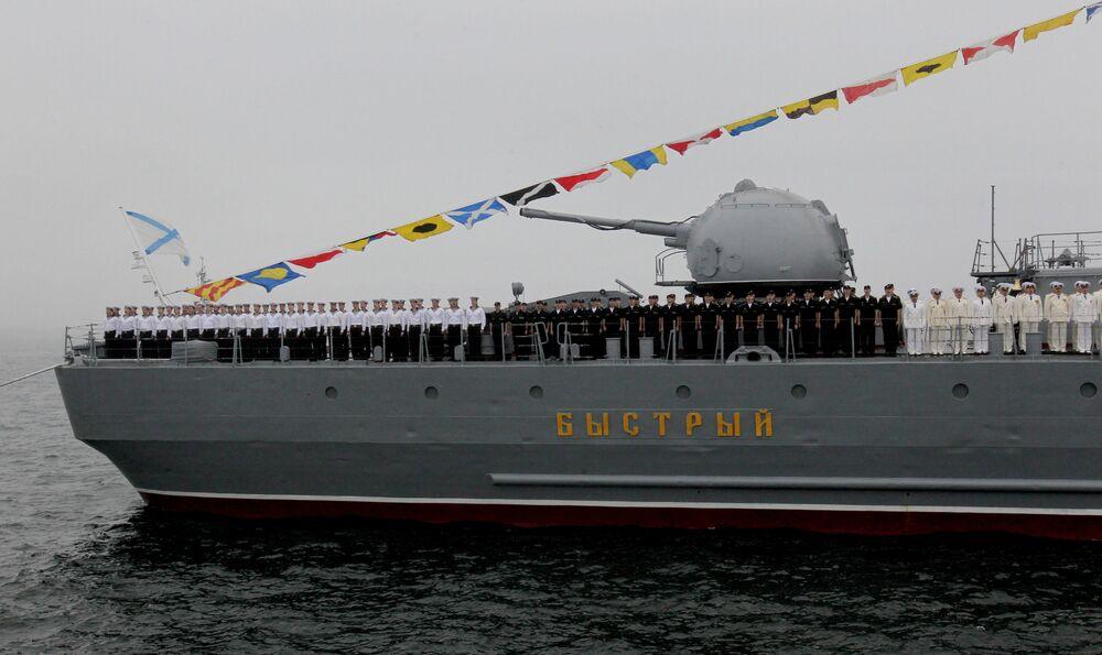 المدمرة بيستري (السريع) بالصواريخ المجنحة المضادة للسفن خلال بروفة العرض العسكري البحري في فلاديفوستوك الروسية