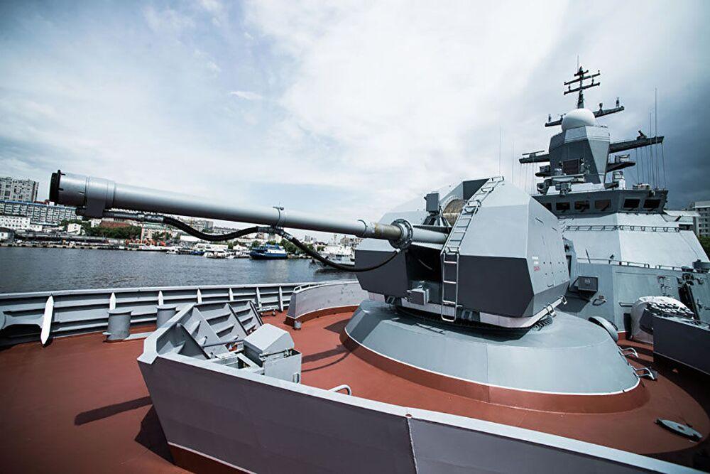 مدفع آلي أ-190 بمقدمة طراد سوفيرشيني (المثالي) بندقية أوتوماتيكية.