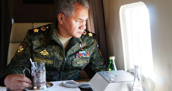 وزير الدفاع الروسي سيرغي شويغو أثناء تفقده للمناورات العسكرية في الميدان العسكري تسوغول منطقة ما وراء بايكال، 13 سبتمبر 2018