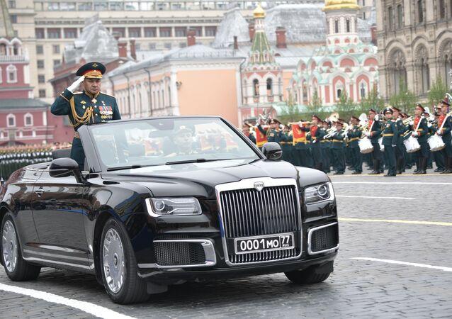 وزير الدفاع الروسي سيرغي شويغو أثناء إلفائ التحية على الجنود في الساحة الحمراء بمناسبة الذكرى الـ74 لعيد النصر في الحرب الوطنية العظمى، 9 مايو 2019