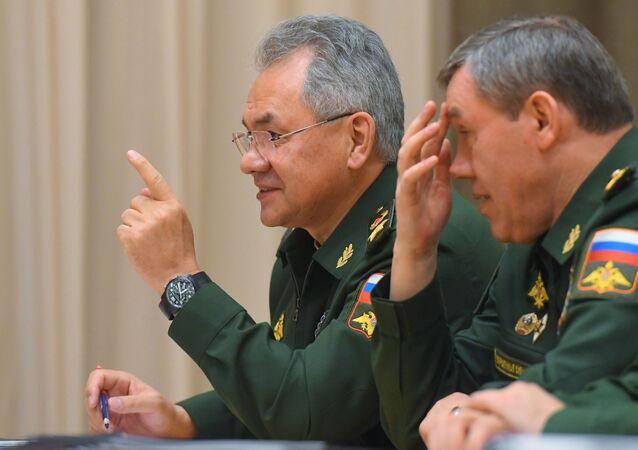 وزير الدفاع الروسي سيرغي شويغو ورئيس الأركان العامة للقوات المسلحة الروسية فاليري غيراسيموف قبل الاجتماع، 5 ديسمبر 2019
