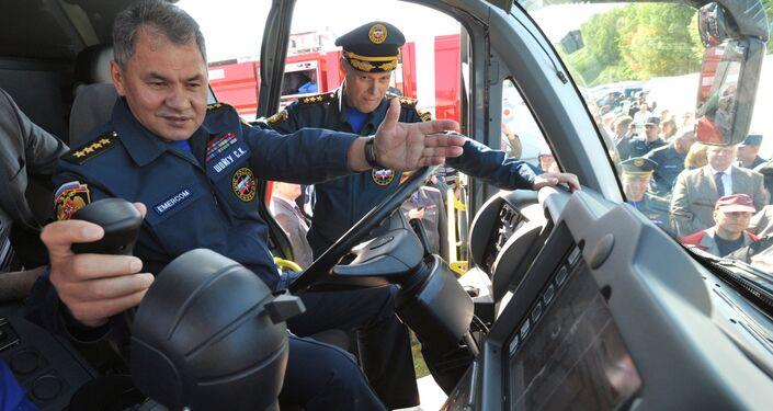 وزير الدفاع الروسي سيرغي شويغو أقناء تفقده لمركبة Magirus Superdragon x8 بإطفاء الحرائق في المطارات، 21 مايو 2010