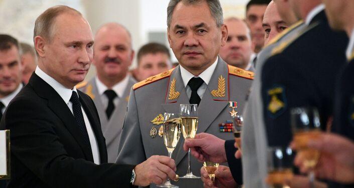 الرئيس الروسي فلاديمير بوتين ووزير الدفاع الروسي سيرغي شويغو في اجتماع مع العسكريين المشاركين في العملية العسكرية لمحاربة الإرهاب في سوريا، 28 ديسمبر 2017