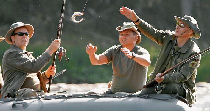 الأمير ألبرت الثاني ملك موناكو، ووزير الطوارئ سيرغي شويغو، والرئيس الروسي فلاديمير بوتين، أثناء الصيد في نهر ينيسي، روسيا 13 أغسطس 2007