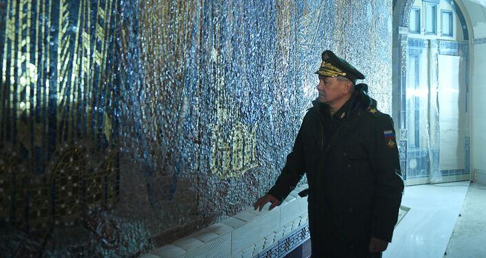 وزير الدفاع الروسي سيرغي شويغو زخرفة الكنيسة الرئيسية للقوات المسلحة الروسية في مركز باتريوت في ضواحي موسكو، 22 يناير 2020