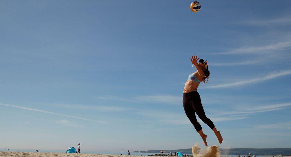 ممارسة الرياضة في البيت، خلال العزل الصحي بسبب كورونا، لاعب فريق الكرة الطائرة الشاطئية فيكتوريا بالمير، بريطانيا مايو 2020