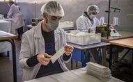 سجناء المغرب يصنعون الكمامات