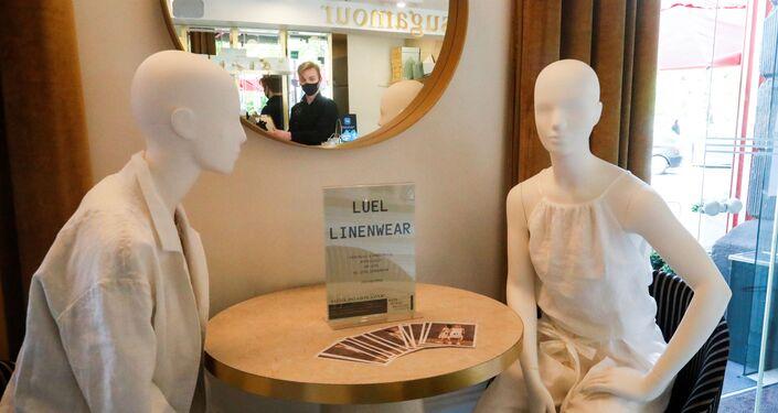 دمى تساعد زبائن مطاعم في ليتوانيا على الالتزام بالتباعد الاجتماعي