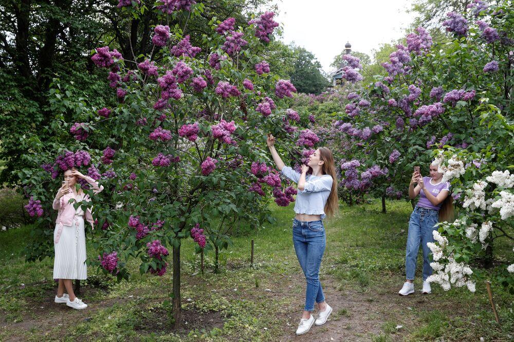 فتيات يلتقطن صورا لأزهار أشجار الليلك الأرجوانية في حديقة عامة، بعد تخفيف القيود المفروضة على البلاد بسبب جائحة كورونا والسماح بالخروج والتنزه في مدينة كييف، أوكرانيا 18 مايو 2020